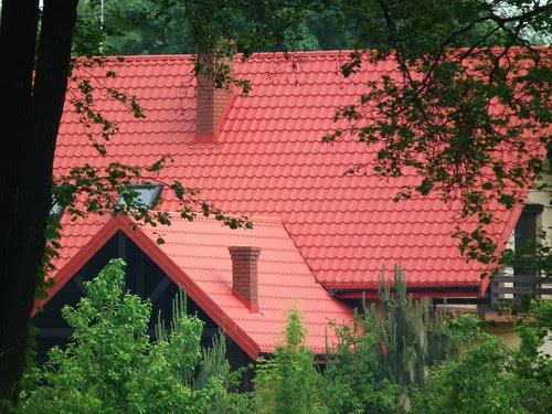 Dach z czerwonej blachodachówki