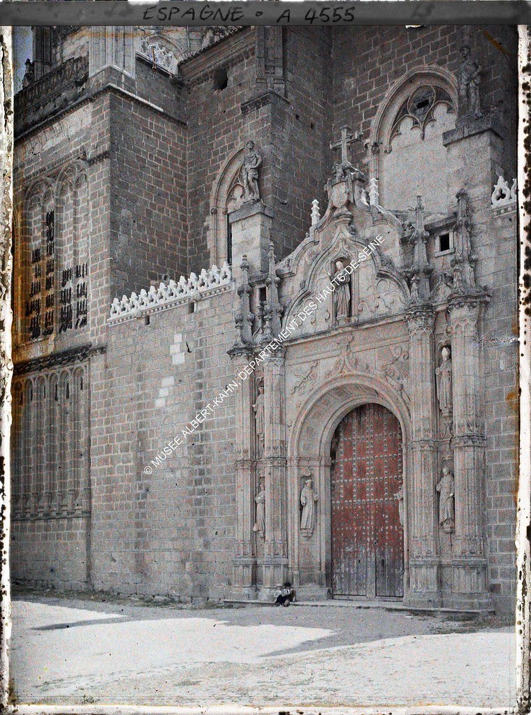 Portada de San Juan de los Reyes entre el 15 y el 17 de junio de 1914. Autocromo de Auguste Léon. © Musée Albert-Kahn - Département des Hauts-de-Seine