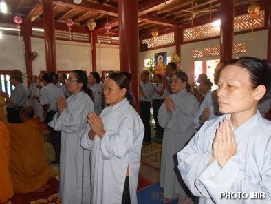 Huynh trưởng Gia Đình Phật tử tại lễ Cầu siêu Tưởng niệm tại Tu viện Long Quang, Huế - Hinh PTTPGQT