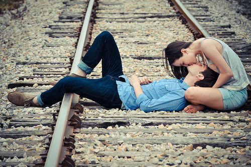 .. Longe de você eu enlouqueço muito mais, eu vivo na espera de poder viver a vida com você! Vejo pessoas sem saberem para onde o mundo vai, eu conto as horras pra estar com você. Longe de você eu presciso de algo mais.. Que mundo é esse que ninguem intende um sonho? Que mundo é esse que ninguem sabe amar? Pra tanta coisa que faz mal eu me desponho, quando eu te vejo eu começo a sorrir.. Molduras boas não salvam quadros ruins, eu procurei a vida inteira sem saber bem pelo o que, mas se pelo menos você estivesse aqui. Eu conto as horras pra estar com você, só pra saber o que você diria sobre nós. (:  Charlie Brown - Longe de você.