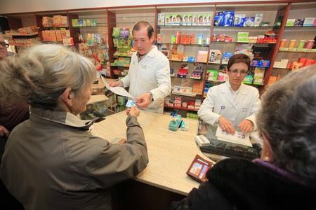Unos jubilados compran un medicamento en una farmacia de La Garriga. JOSEP GARCIA