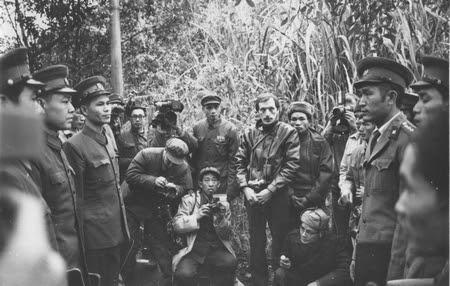 Các phóng viên báo chí chứng kiến sự trao trả tù binh tại biên giới Việt - Trung - Ảnh: Dunai Péter