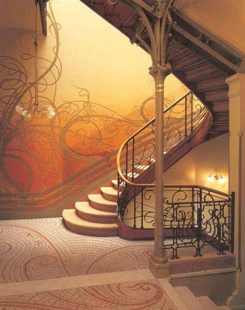 Uma escada no estilo Art-Nouveau.