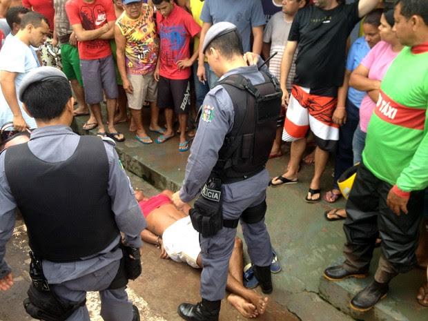 Homem foi detido por moradores do bairro onde ocorreu o assalto (Foto: Abinoan Santiago/G1)