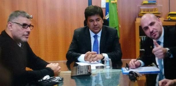 O ator Alexandre Frota e Marcello Reis, integrante do grupo Revoltados On Line, posam ao lado ministro da Educação, Mendonça Filho