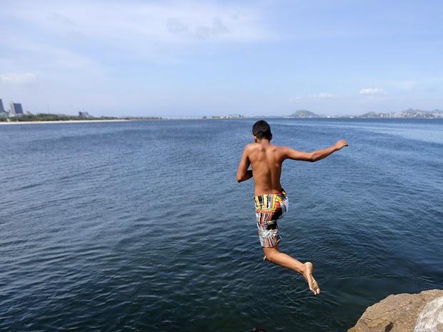 Crianças tomam banho na Praia do Flamengo, onde foi detectada uma superbactéria (Foto: Paulo Campos/Estadão Conteúdo)