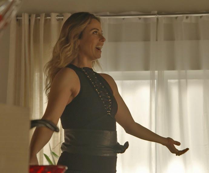 O look também é composto por uma calça de couro e uma faixa preta marcando bem a cintura (Foto: TV Globo)