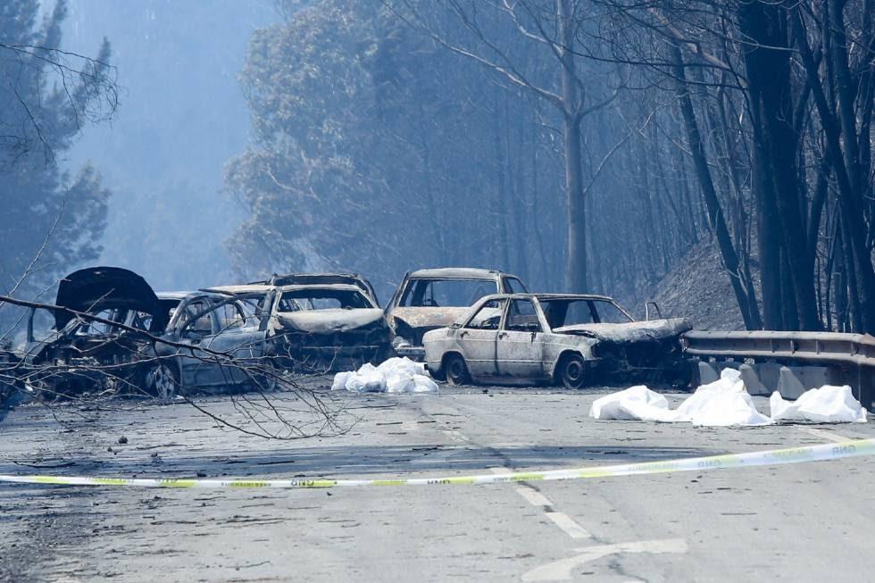Coches calcinados en la N236 tras el incendio del centro de Portugal.
