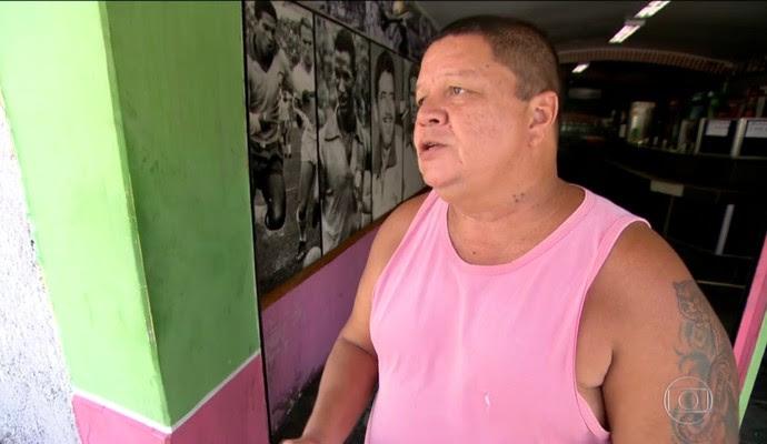 Erivaldo trabalha como churrasqueiro em um bar perto do Engenhão (Foto: Reprodução TV Globo)