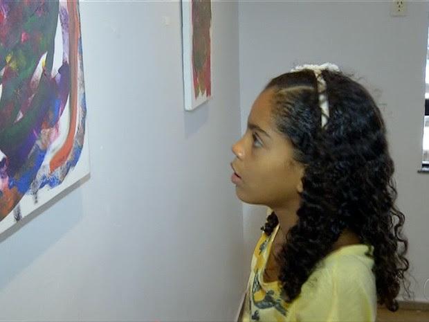 Menina de 9 anos, com autismo, está expondo em uma galeria as telas pintadas por ela  (Foto: Reprodução/TV Anhanguera)