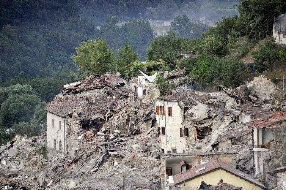 casas desabaram são vistos ruir lado da montanha em Pescara del Tronto, perto município Arquata del Tronto