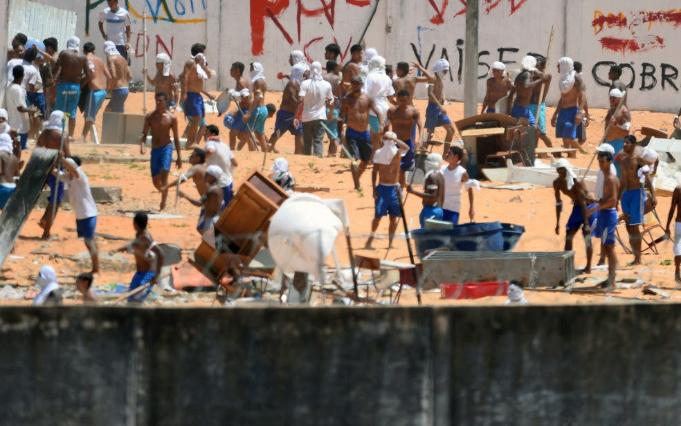 Foto mostra os presos de facções rivais em confronto na penitenciária de Alcaçuz (Foto: Andressa Anholete/AFP)