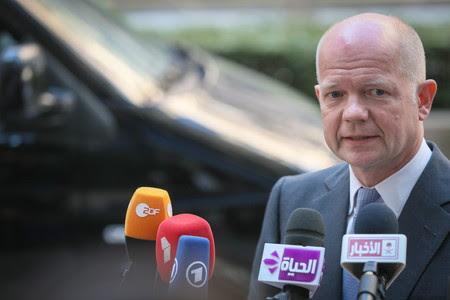 El ministro de Exteriores británico, William Hague, atiende a los medios, el pasado julio en Bruselas.