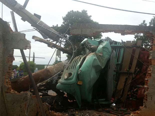Caminhão tombou ao atingir o muro de uma casa em Hortolândia (Foto: André Natale / EPTV)