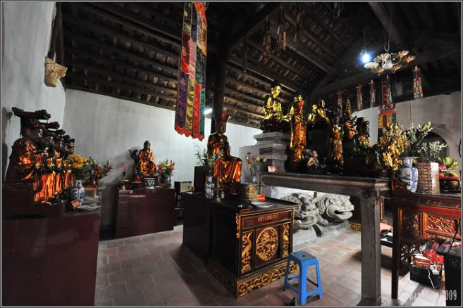 Nội thất Đền Bà Tấm (Nơi phối trí thờ Trần Thị Ngọc Huệ) ở Dương-xá, Gia-lâm, Hà-nội
