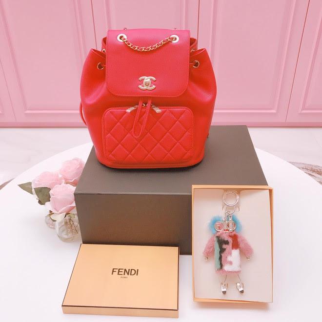 Có ai chịu chơi như Ngọc Trinh, sắm thêm vali Chanel cả trăm triệu dù đã có sẵn, chỉ khác màu - Ảnh 6.