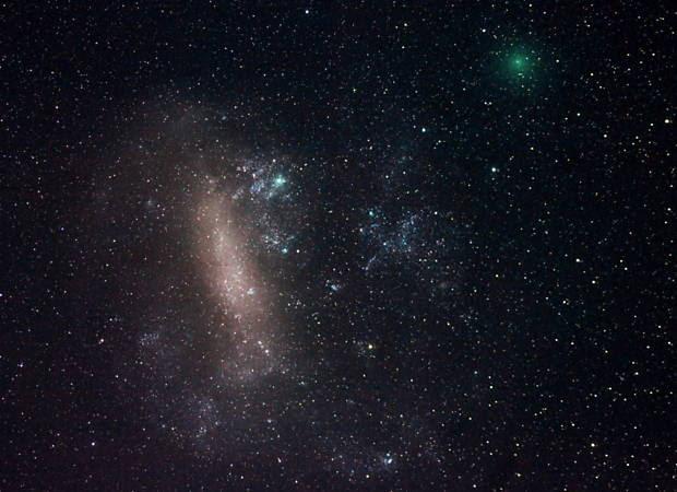 Cometa 252P/Linear se apresenta como traço verde, próximo à Grande Nuvem de Magalhães