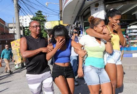 Tayane (de blusa azul) se desespera ao sair do hospital