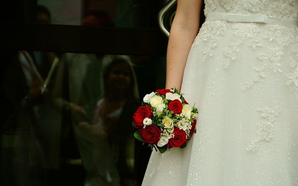 Llega tarde a su boda y el novio la deja