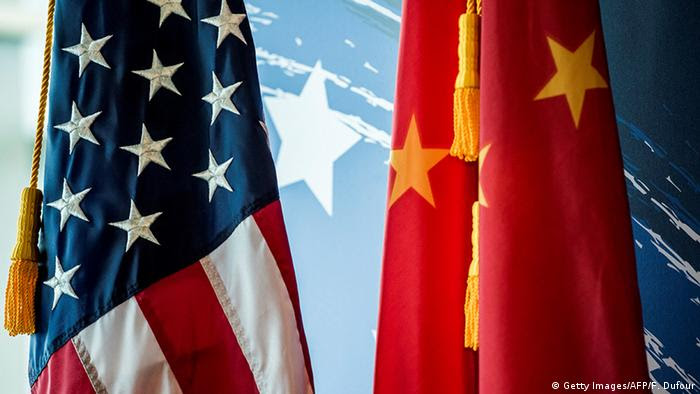 USA China Flaggen Symbobild (Getty Images/AFP/F. Dufour)