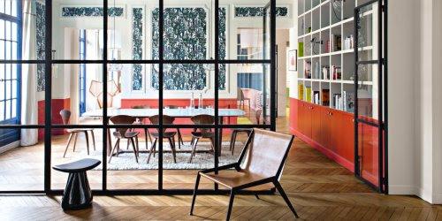 Salón con pared acristalada