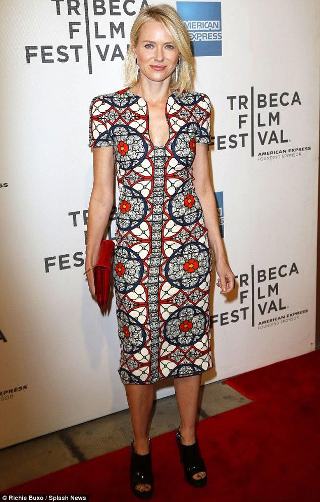 Seksi henüz muhafazakar: Sarışın oyuncu bölünme biraz ortaya ama uzun etek-line elbise 'seksilik dışarı evened