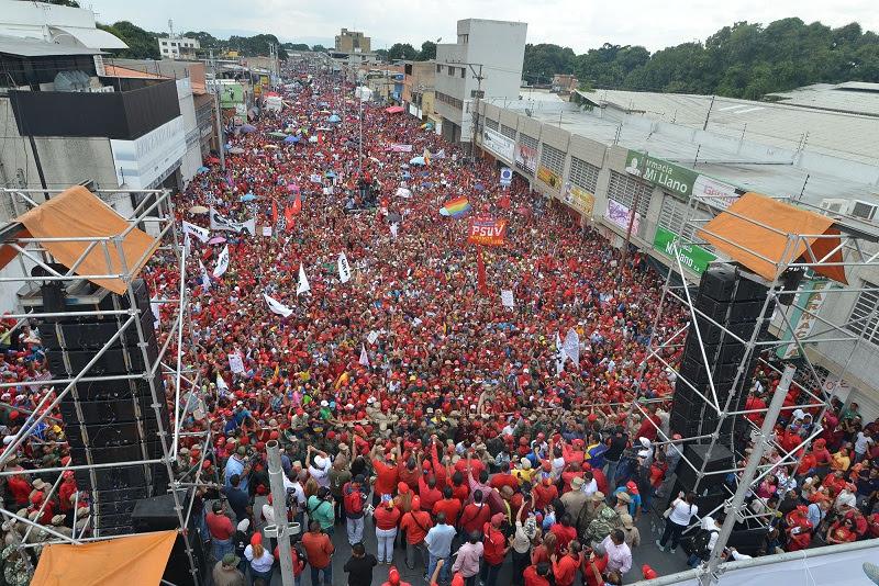 El pueblo carabobeño con euforia y alegría viste de rojo avenida Aranzazu en defensa de la revolución