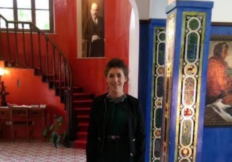 Mayim Bialik inside house of relative and famous poet Hayim Bialik