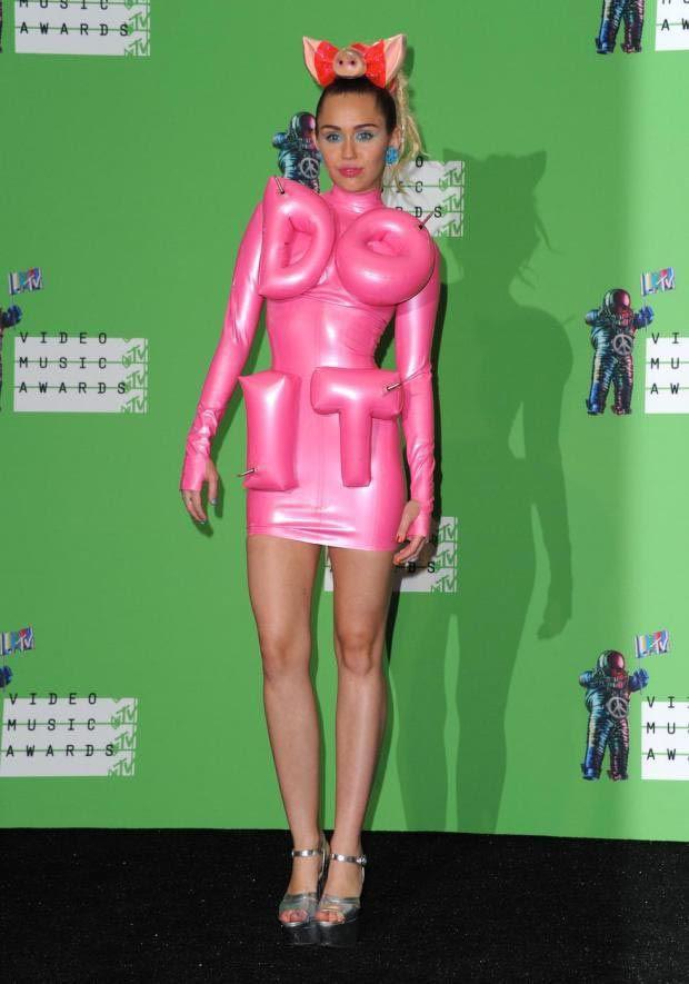 Для ковровой дорожки Майли выбрала платье из розового латекса и бантик, сделанный в виде свиных ушей и пятачка люди, майли сайрус, маразм, наряд, одежда