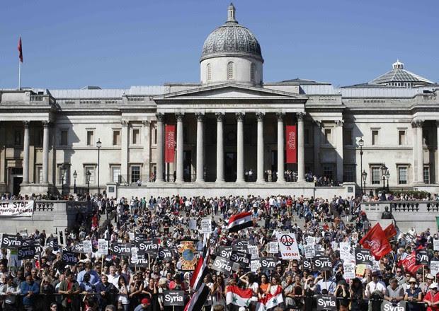 Manifestantes ocupam a Trafalgar Square, em Londres, durante protesto contra ação militar na Síria (Foto: Olivia Harris/Reuters)