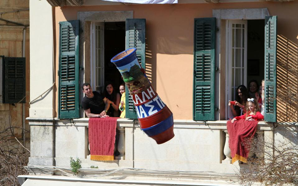 Κερκυραίοι, όπως προστάζει το έθιμο, ρίχνουν στάμνες από τα μπαλκόνια τους, προκαλώντας μεγάλο κρότο, κατά την Πρώτη Ανάσταση στην Κέρκυρα.