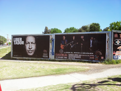 Afiche en la calle de Neuquen en Argentina en homenaje a Chávez