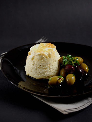 Baked ricotta with olive salad / Ricota assada com salada de azeitonas