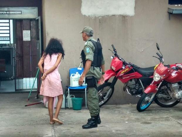 Mãe suspeita de matar filho foi presa em flagrante (Foto: Ellyo Teixeira/G1)