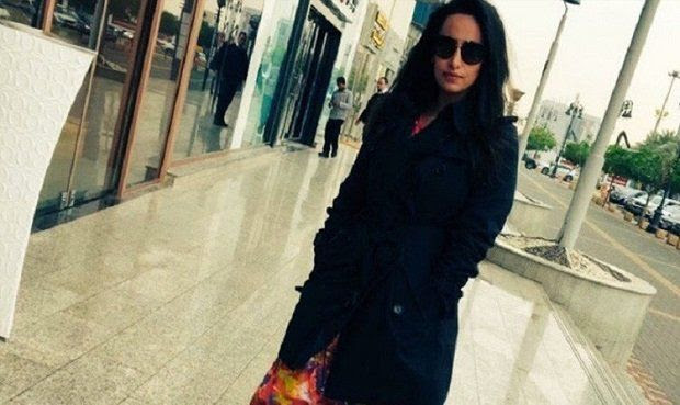 Mujer es detenida por publicar foto en Twitter sin velo en Arabia Saudita