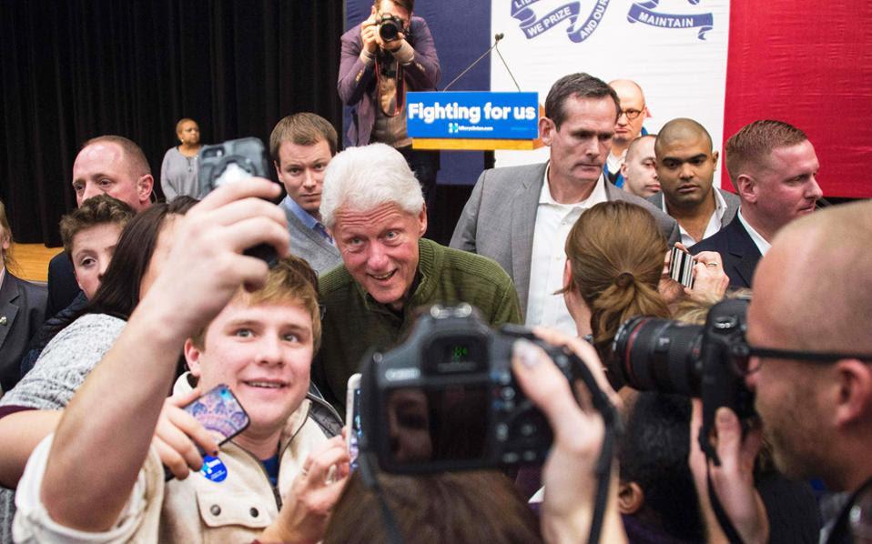 Πάντα γοητευτικός αλλά πιο ήρεμος ο πρώην πρόεδρος των ΗΠΑ, Μπιλ Κλίντον, υποστηρίζει δυναμικά τη σύζυγό του Χίλαρι.