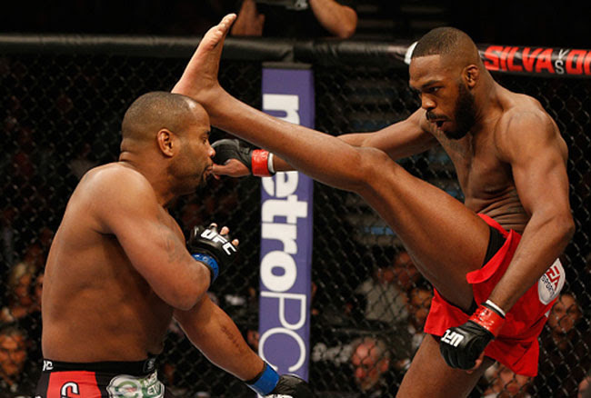 Jon Jones chuta Daniel Cormier UFC 182: Jon Jones vence Daniel Cormier e defende cinturão dos meio pesados
