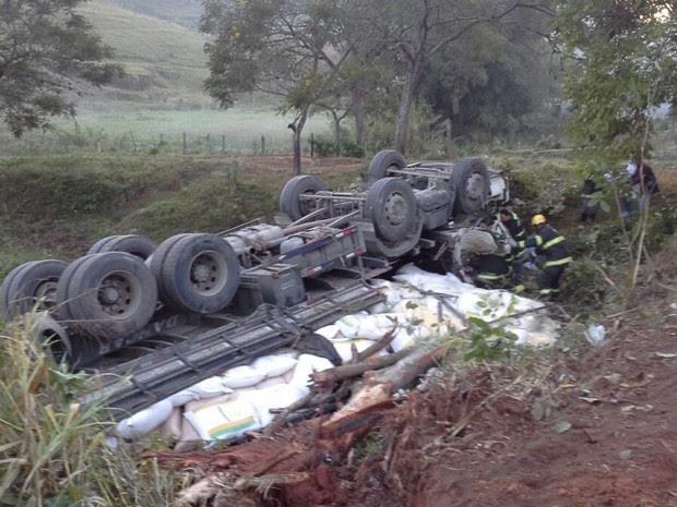 Dois morrem após caminhão cair em ribanceira em Silveiras, SP (Foto: Elizeu Ribeiro/ Vanguarda Repórter)