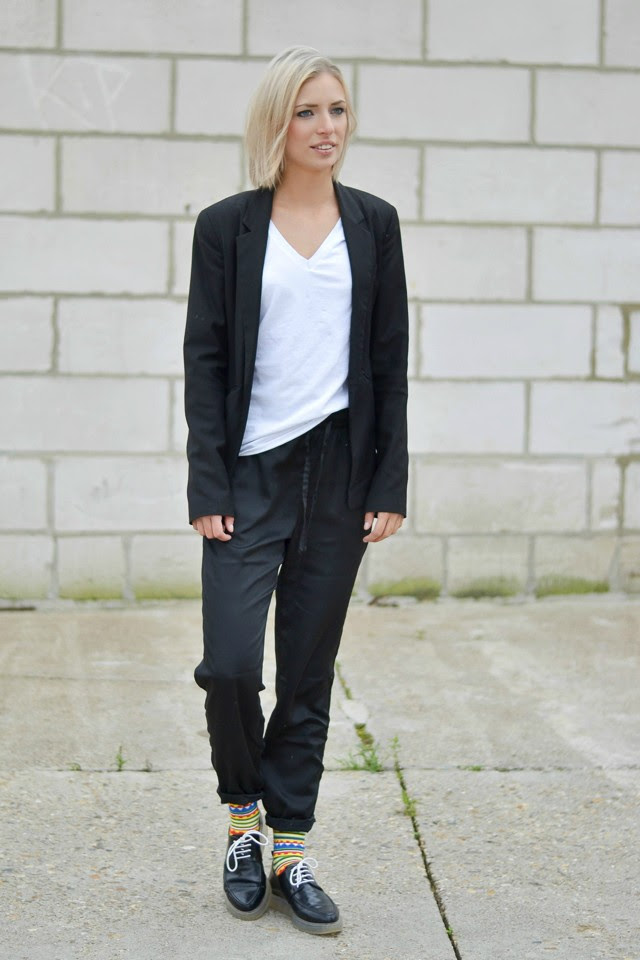 Outfitpost by Belgium fashion blogger Turn it inside out wearing: Bershka black blazer, h&m divided basic v neck t-shirt, h&m trend silk baggy trousers, zara trf derby shoes, sammy icon high colored socks. Streetstyle inspiration