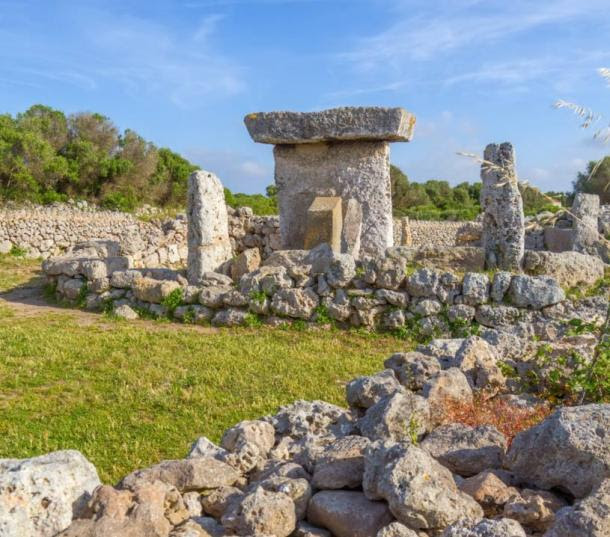 Talaiot de Trepuco, con forma de mesa megalítico Taula monumento en la isla de Menorca, España.