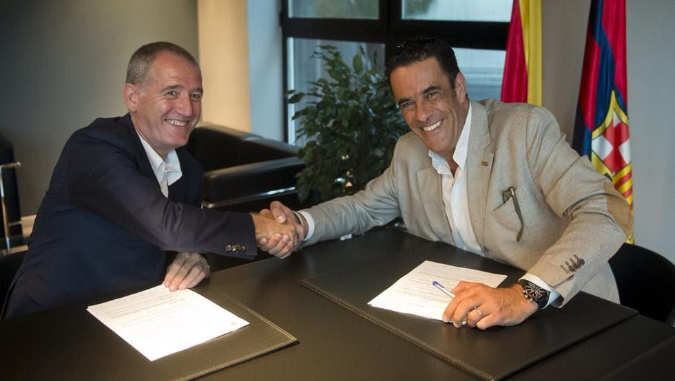 Andreu Plaza, entrenador del Barça de fútbol sala, y el directivo Josep Ramon Vidal-Abarca, tras firmar el contrato