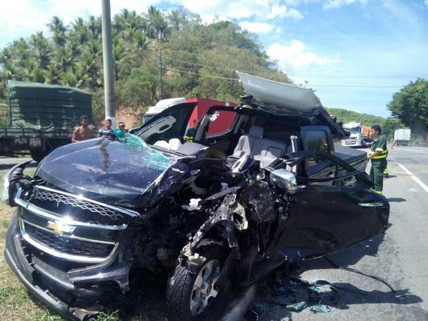 Motorista da caminhonete chegou a ficar preso nas ferragens (Foto: VC no ESTV)