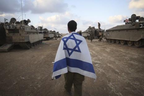"""חייל צה""""ל בשטחי כינוס סמוך לגבול רצועת עזה, יום לאחר יציאה למבצע קרקעי ברצועה במסגרת מבצע """"צוק איתן"""", 18.7.14 (צילום: נתי שוחט)"""