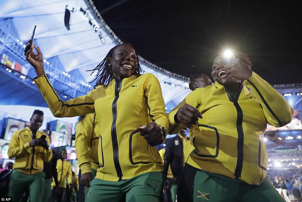 Equipe Jamaica estavam em alto astral durante a cerimônia de abertura - apesar de seu atleta mais célebre Usain Bolt não ser capaz de participar