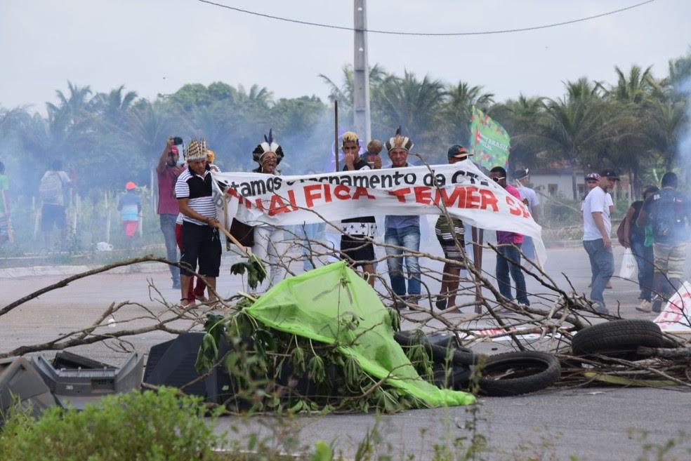 Manifestantes bloquaram pista que dá acesso ao Aeroporto de Natal (Foto: Richardson Hill)