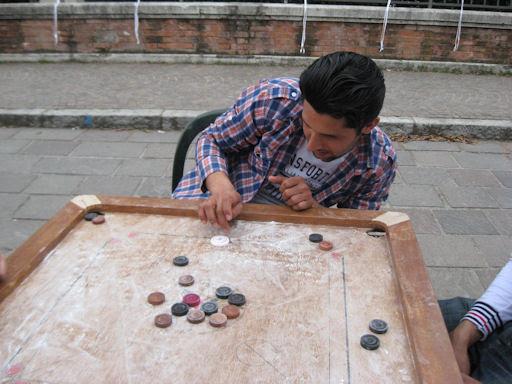 Irfan gioca a carrom board