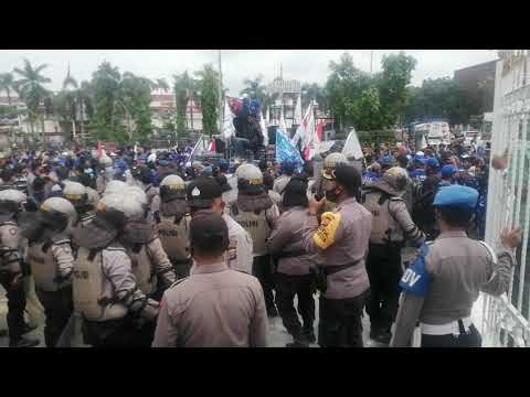 Buruh Rusak Pagar Gubernur, Kapolresta Pekanbaru Kombes Nandang Mu'min, Paksa Bubarkan Masa Demo