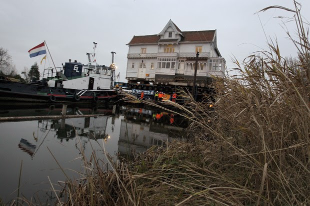 Casa foi deslocada por 300 metros (Foto: Bas Czerwinski/ANP/AFP)