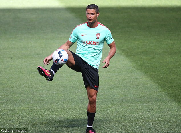 Cristiano Ronaldo trains with Portugal as squad ramps up Euro 2016 preparations | Daily Mail Online