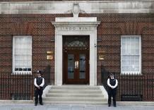 La policía hace guardia ante la entrada del hospital donde ha ingresado la duquesa de Cambridge para dar a luz.